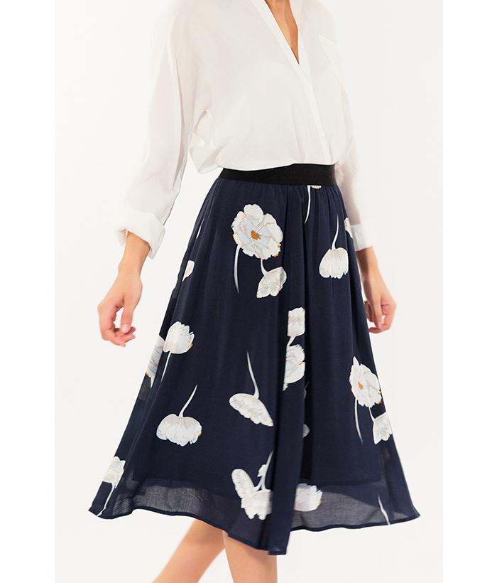 Falda midi azul oscuro y flores marca Freequent.