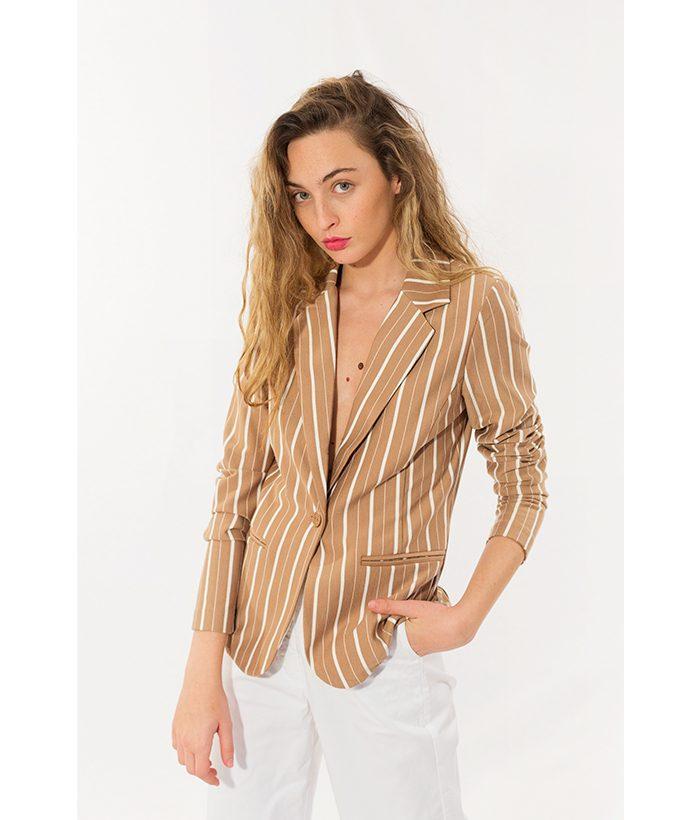 americana camel a rayas de la marca ICHI en la nueva colección de moda primavera verano 2018. LAMOI