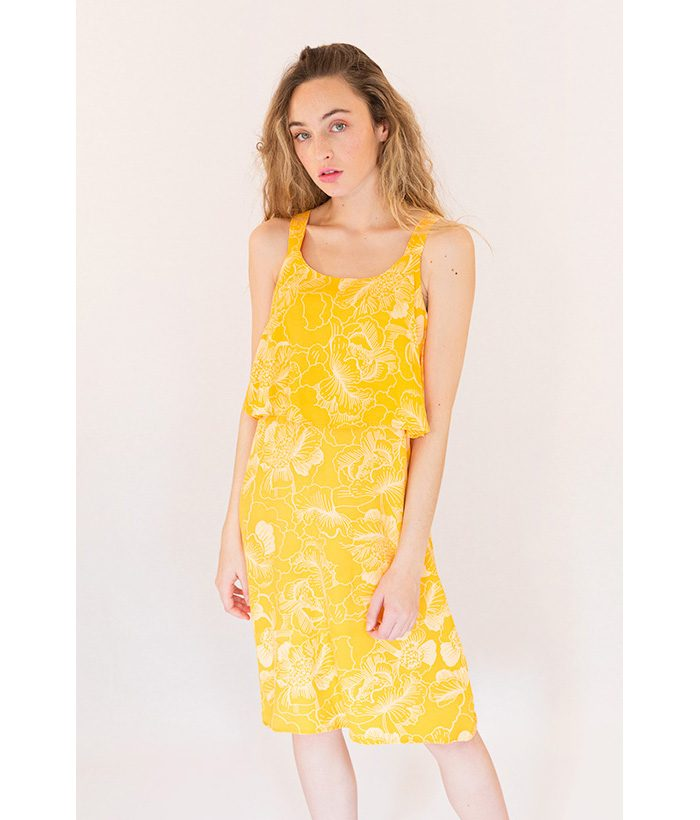 Vestido estampado con un print floral blanco sobre fondo amarillo