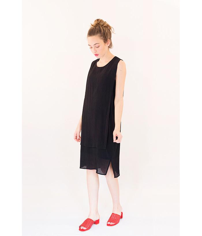 vestido negro con tela plisada