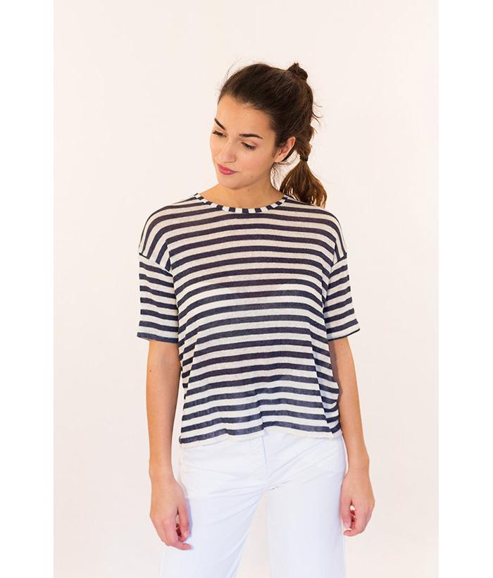 Camiseta de lino a rayas marca ROPA CHICA.