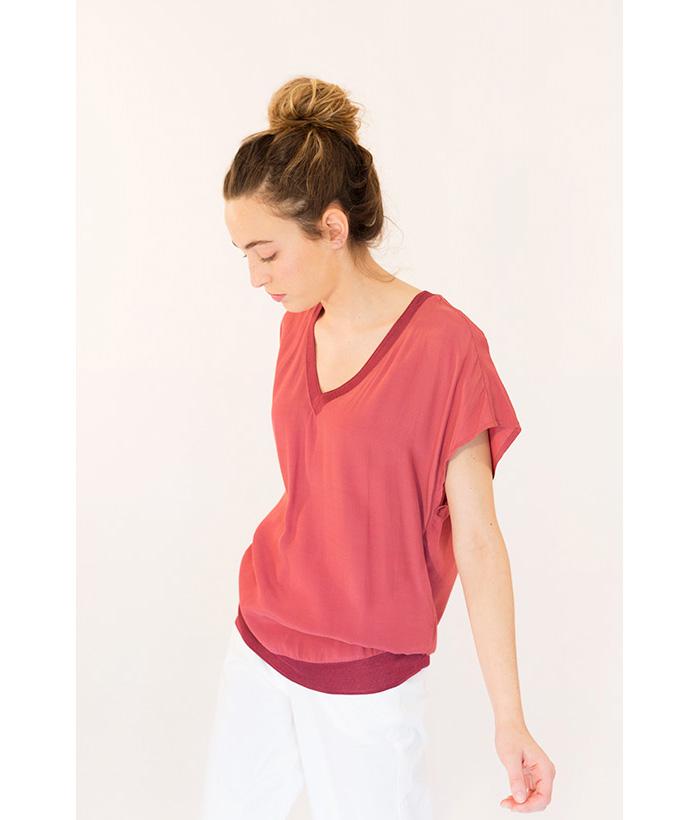 Blusa sedosa con cuello en V marca YAYA.