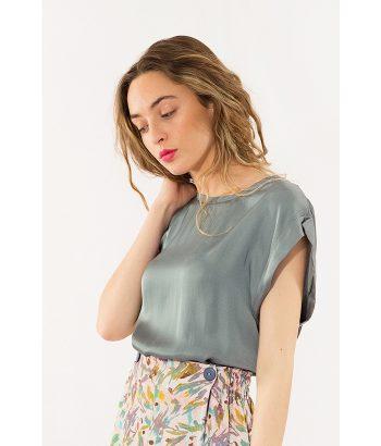 blusa verde con el cuello redondo sencilla y elegante