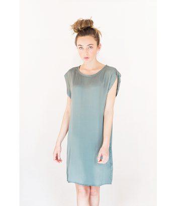 vestido sedoso de color verde y corte recto, sencillo y elegante