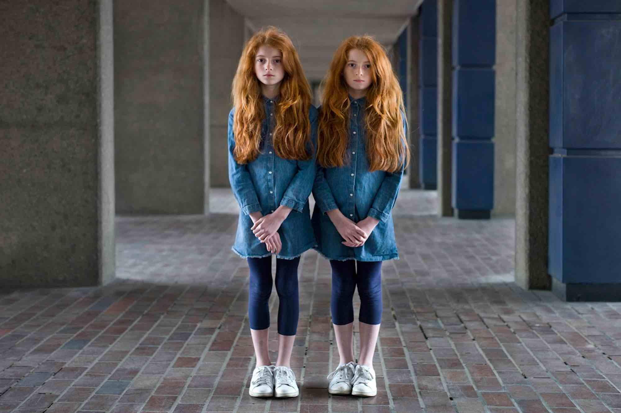 """Tener estilo único es un reto para cualquiera. Aunque creamos que la gente con estilo propio """"va a su bola"""", a menudo, vestir a tu manera implica estar al día de las últimas tendencias en moda, encontrar un look único y lucirlo con estilo propio. ¡Imagínate querer ser única teniendo una hermana gemela!"""