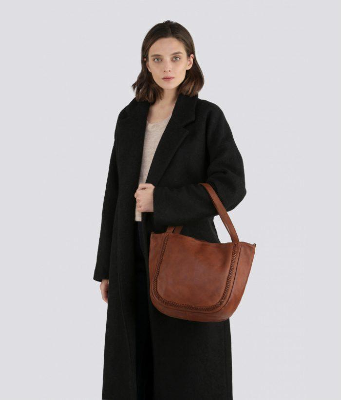 bolso marrón de piel con dos asas