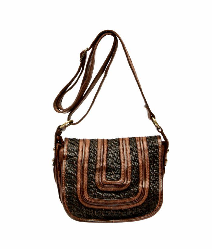 Bolso marrón con dibujo troquelado y solapa