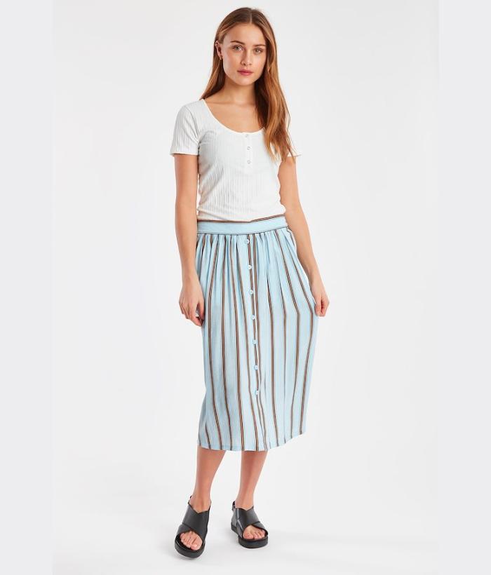 Falda azul claro con rayas marrones