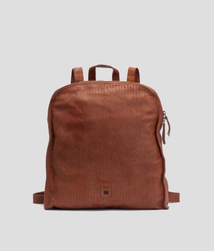 mochila de cuero con escamas