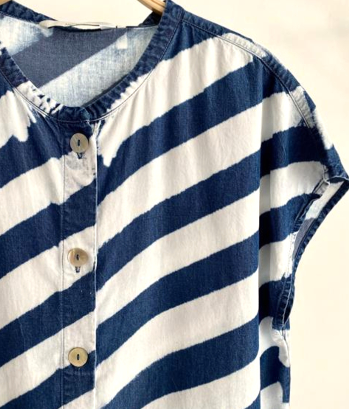 blusa de rayas azules