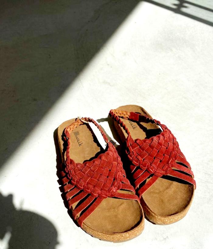 sandalias rojas de piel de la marca BIBA