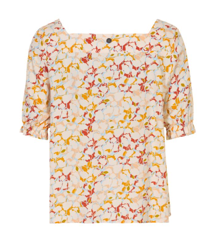 blusa de flores con cuello en trapecio