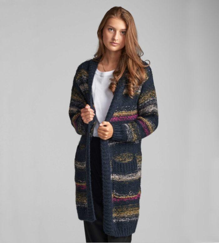 chaqueta azul larga de rayas con colores