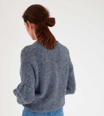Precioso jersey de punto color azul con dibujo en su parte delantera. Tiene el cuello alto y las mangas con puño cerrado. Su color tiene varios tonos azules. El jersey perfecto para llevar con faldas, pantalones, vaqueros...Este invierno cobran importancia las prendas de punto.