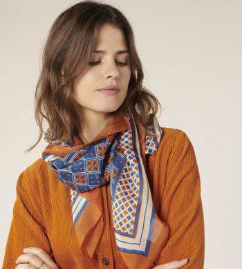 Elegante pañuelo de seda con estampado geométrico, de corte clásico perfecto para llevar al cuello este invierno de Harris Wilson