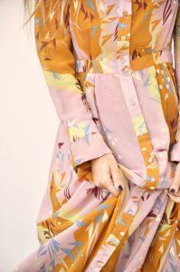 vestido midi de flores rosas y amarillos de Nümph