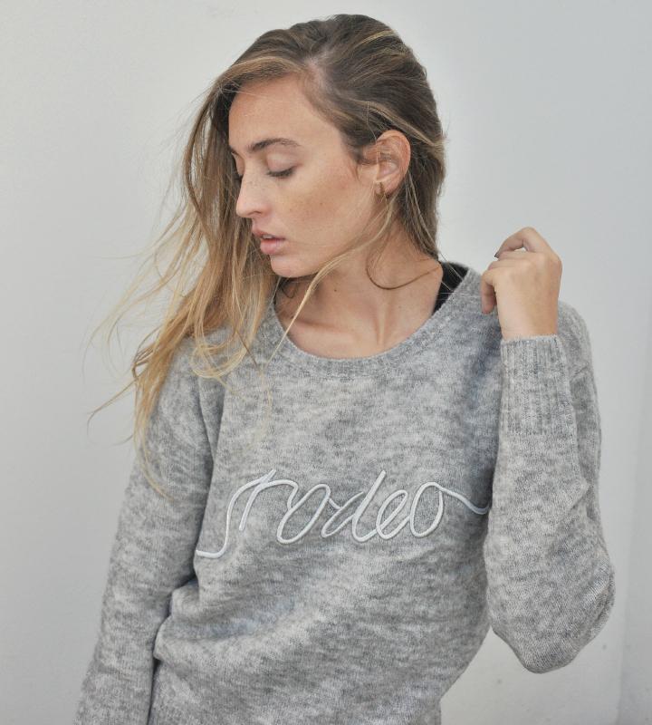 jersey de punto gris con letras bordadas
