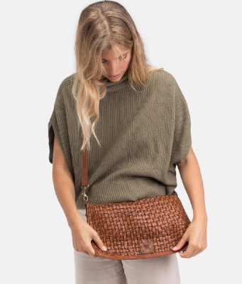 bolso bandolera trenzado color cuero de BIBA