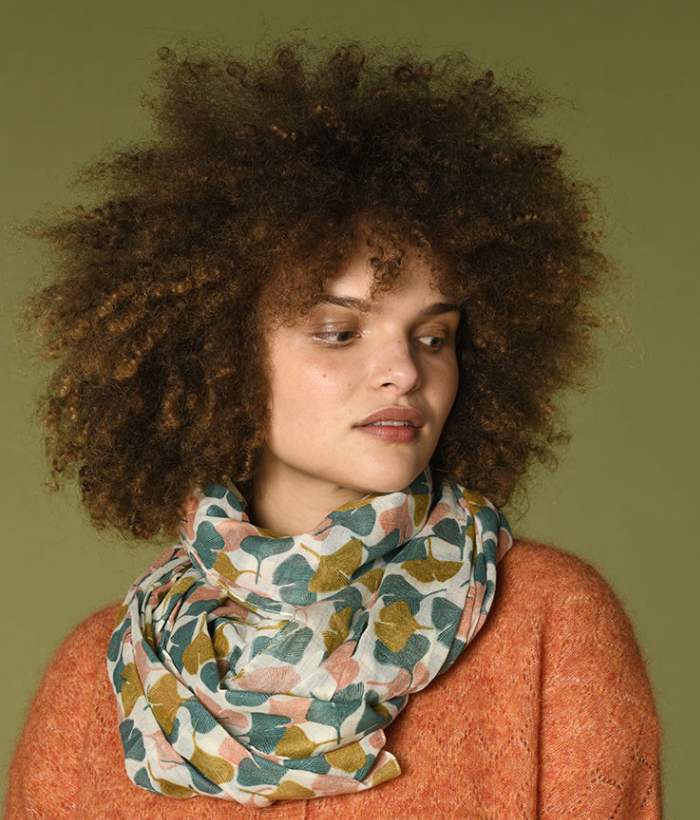 Foulard de tonos verdes con estampado de flores de algodón 100%. tiene un precioso estampado en tonos muy primaverales.