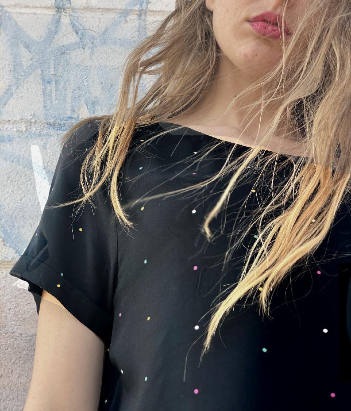 blusa negra manga corta de lunares