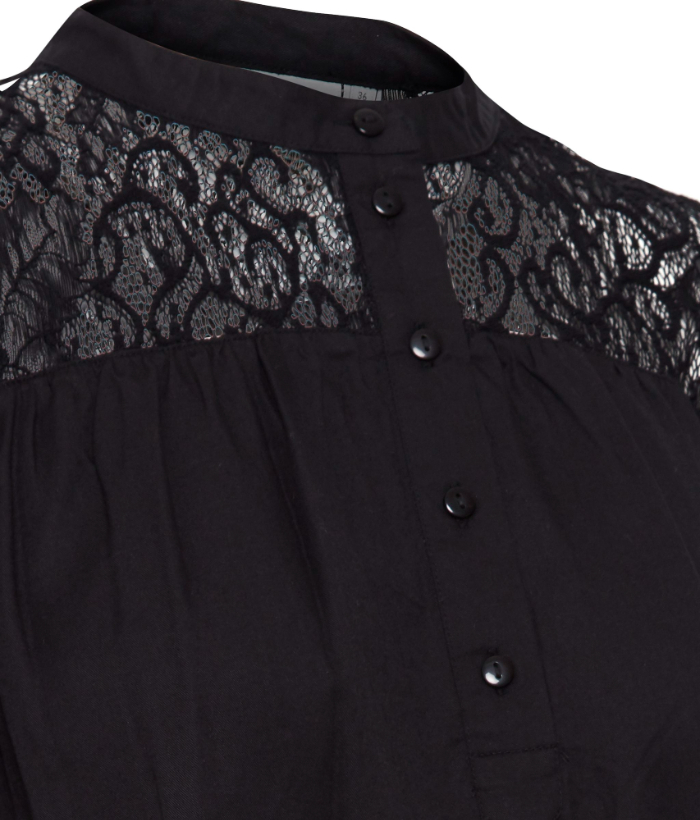blusa negra con encaje en canesú