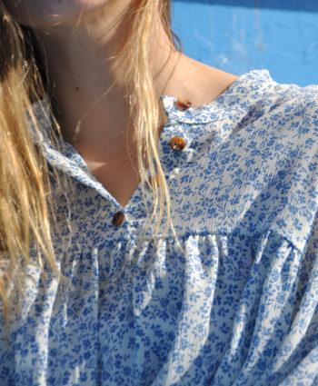blusa azul con vuelo