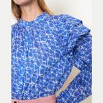 Blusa azul con volantes en hombros