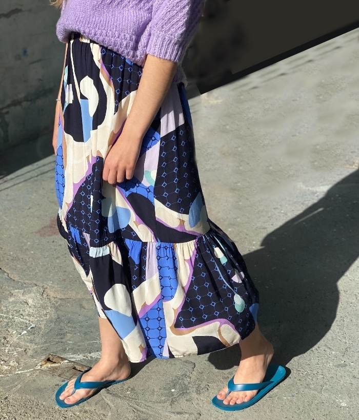 falda larga azul con estampado