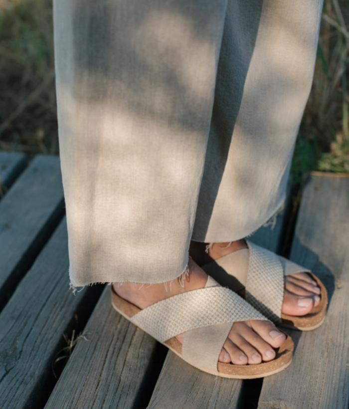 sandalias crudas de tiras cruzadas