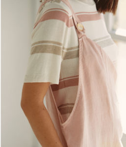 Una preciosidad de camiseta tipo jersey de punto con dibujo marinero de rayas en tonos pastel, rosa y beige. Tiene un punto con detalles canalé.
