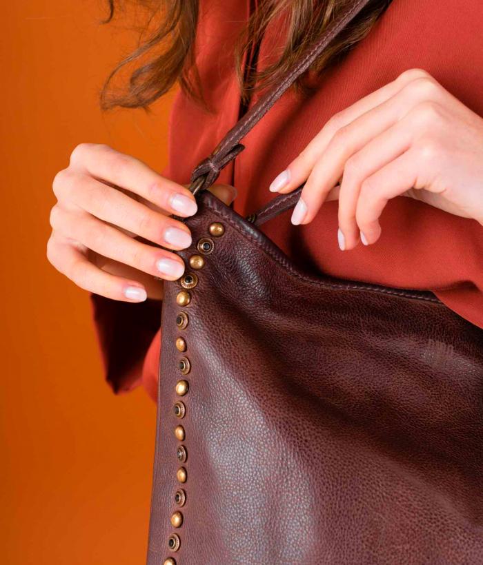 Bolso piel marrón con tachuelas y asa de BIBA
