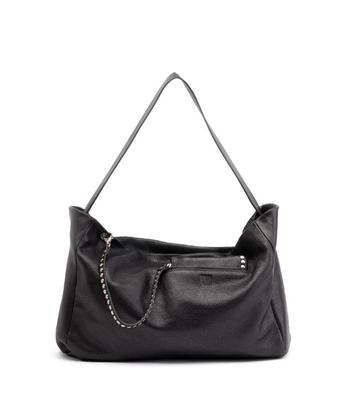Precioso bolso de piel negro con múltiples compartimentos interiores y cierre de cremallera de BIBA. Viene con un extra de monedero, cartera que se une al bolso con una tira de piel de chapitas cromadas.